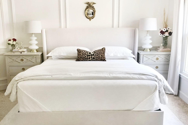 Kołdra na łóżku kontynentalnym w hotelu