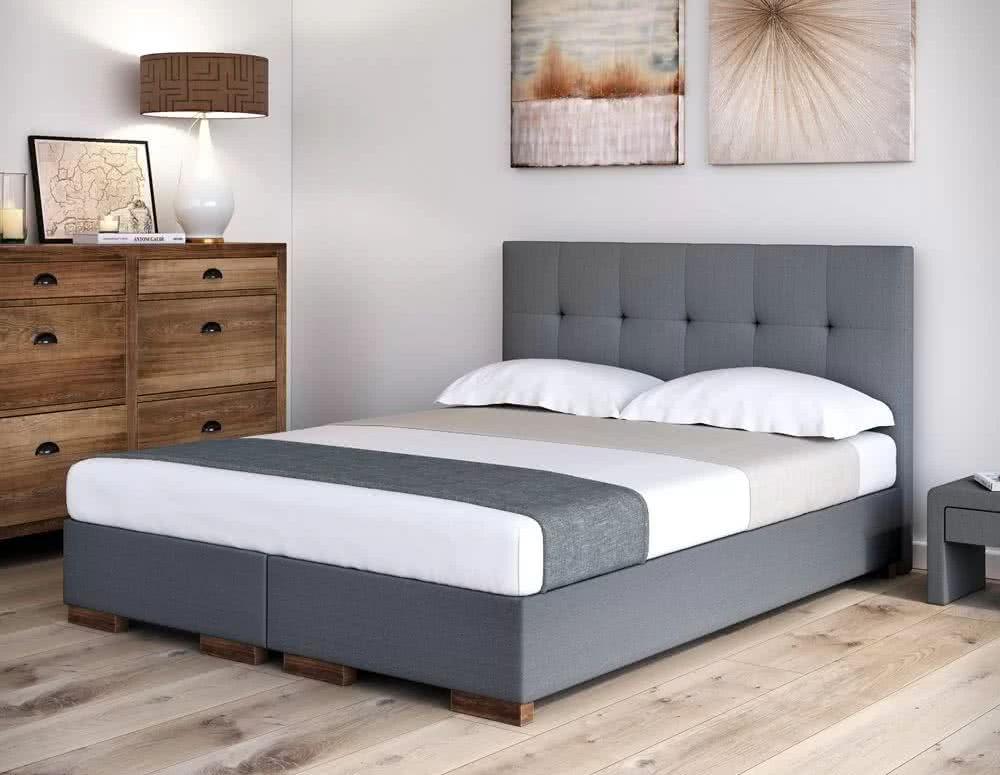 Poduszki na dwuosobowym łóżku hotelowym